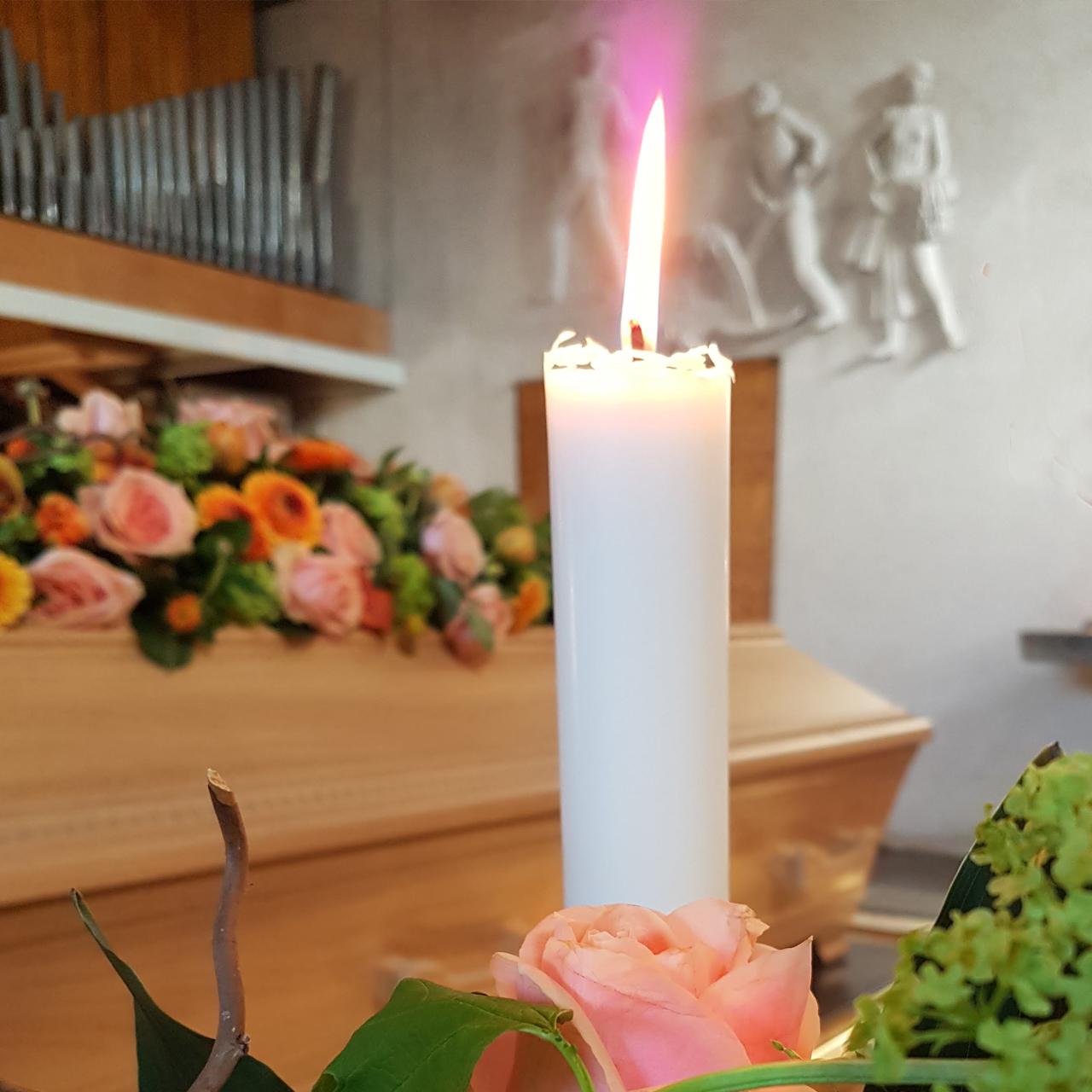 Ljus framför kista